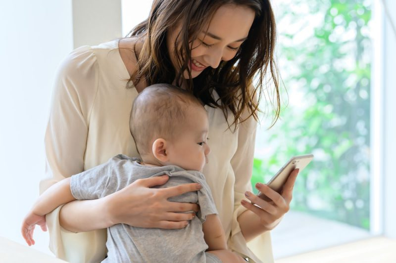 スマホ育児が赤ちゃんに与える影響