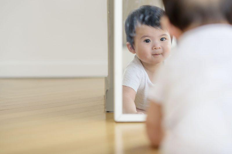 鏡遊びが赤ちゃんに与える効果とは
