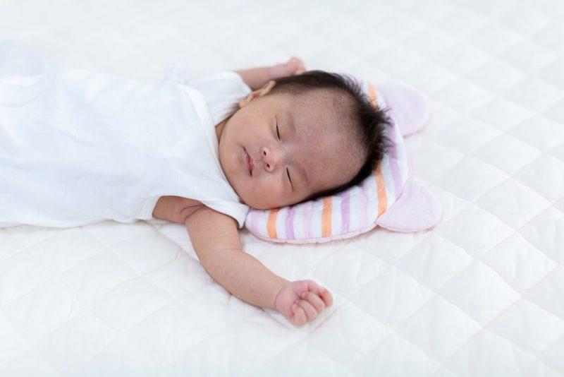 赤ちゃんに枕は必要?使用はいつから