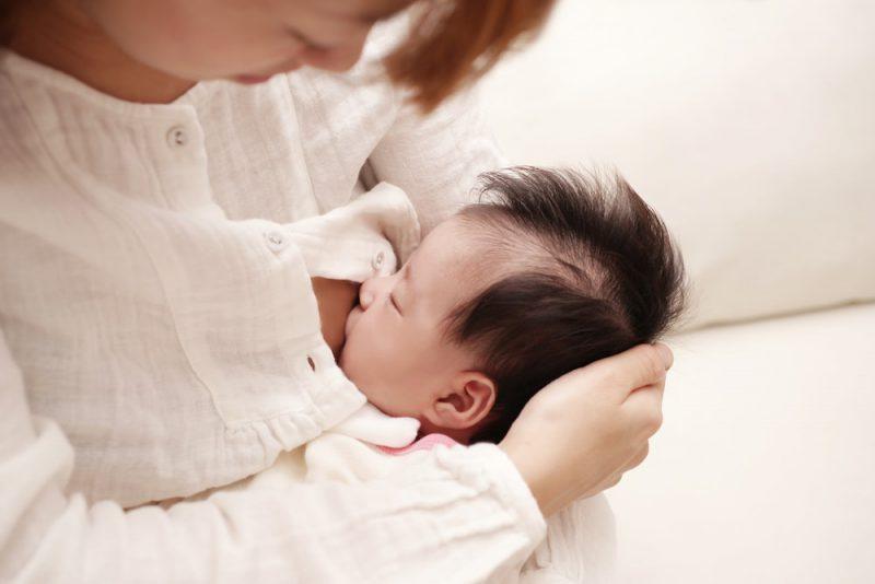 赤ちゃんの授乳様々な姿勢と注意点