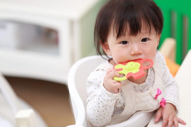 赤ちゃんが噛む時の原因と対策