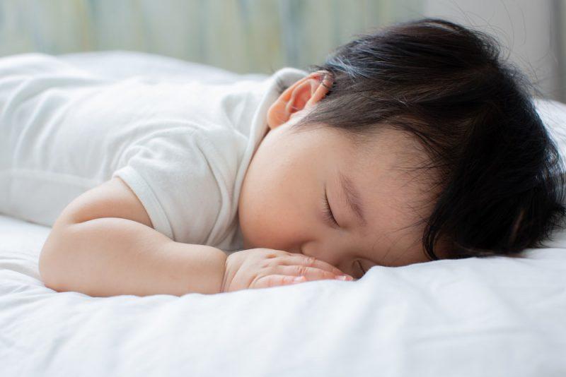 赤ちゃんのうつ伏せ寝は睡眠中の事故を招く?