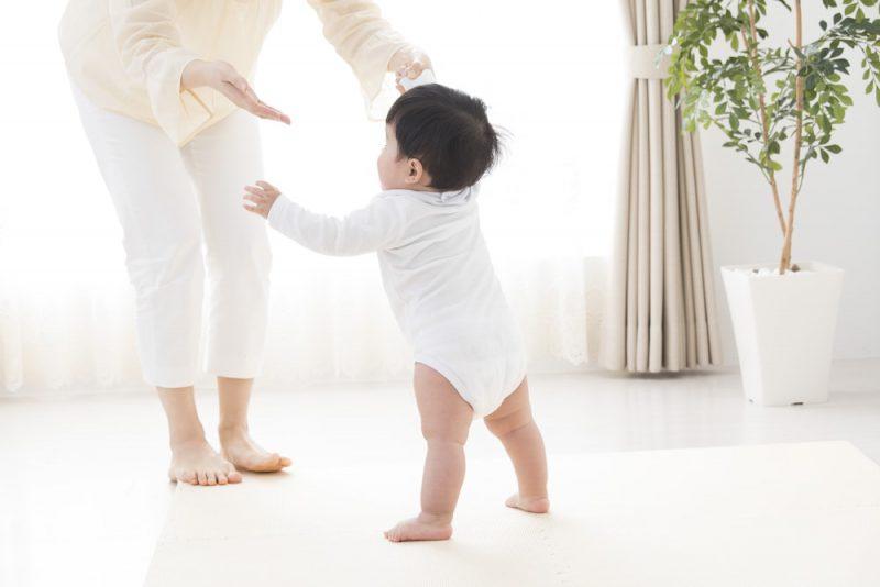 赤ちゃんが歩くのはいつから?