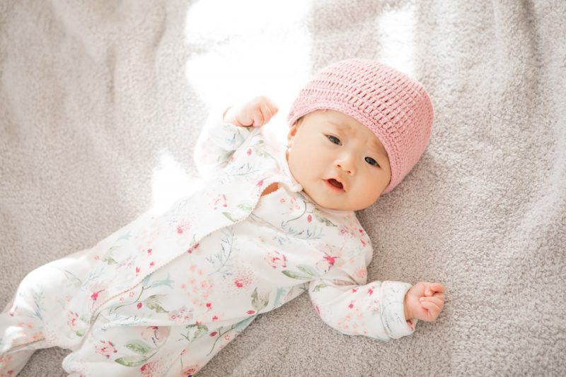 新生児の頭を守る帽子の必要性と使い方