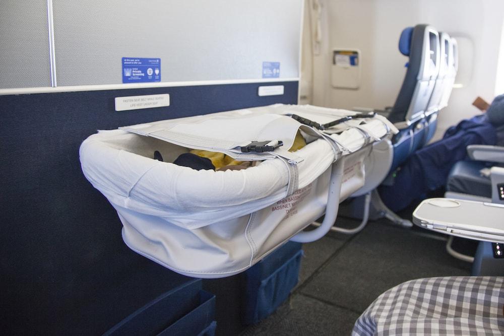 赤ちゃんが飛行機でぐずるときの対策