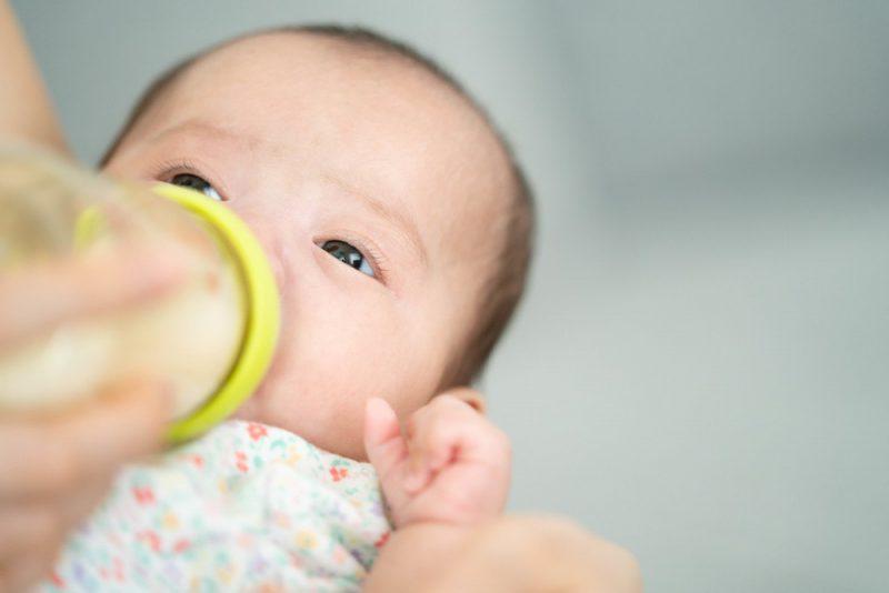 赤ちゃんの夜間授乳はいつまで?