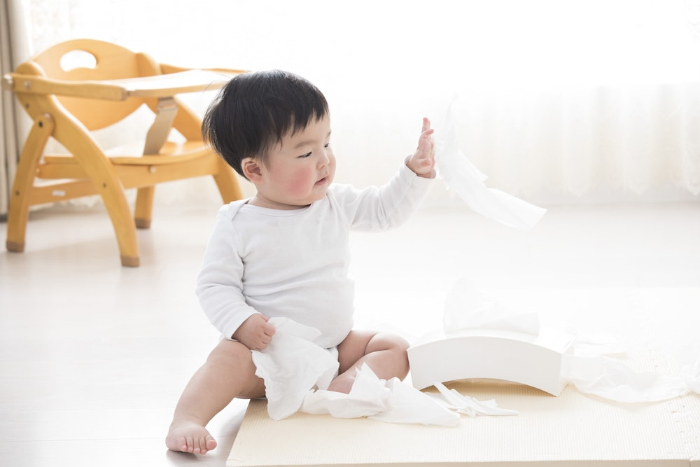 赤ちゃんのいたずらは大切な成長過程