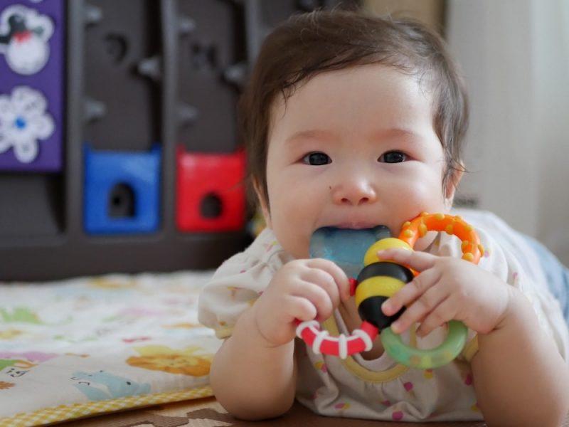 赤ちゃんの歯固めの使う時期と選び方
