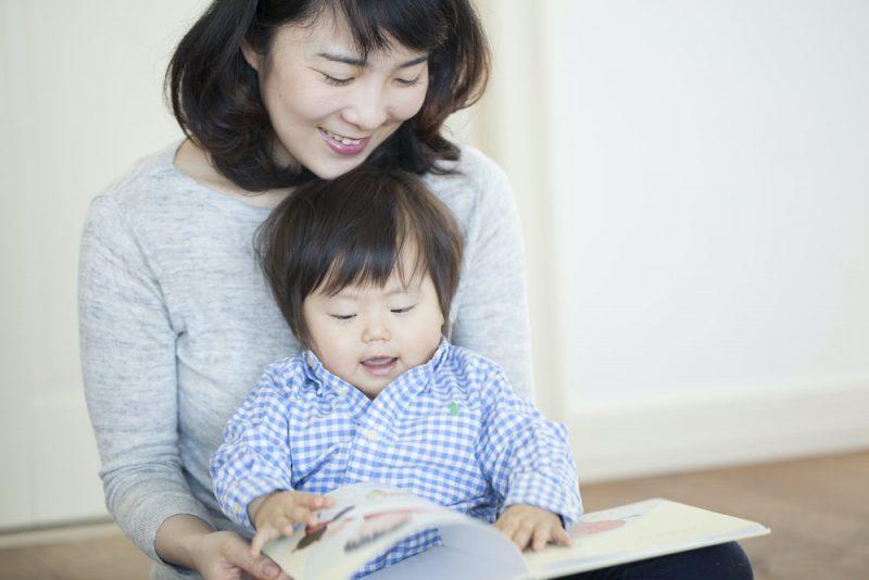 0歳児に絵本を読み聞かせる時の体勢は?