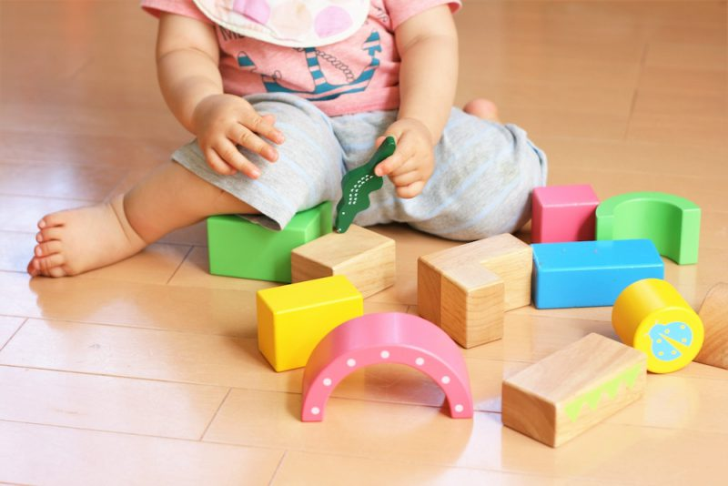 赤ちゃんのおもちゃに良い積み木とは?